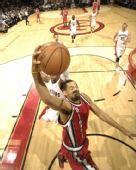 图文:[NBA]开拓者胜猛龙 霍二叔飞身欲暴扣