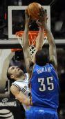 图文:[NBA]马刺胜雷霆 杜兰特暴扣吉诺比利