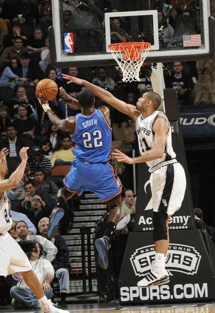 图文:[NBA]马刺胜雷霆 格林上篮单挑邓肯