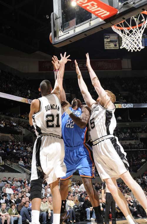 图文:[NBA]马刺胜雷霆 格林夹缝间上篮