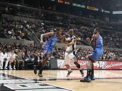 图文:[NBA]马刺胜雷霆 队友为杜兰特掩护