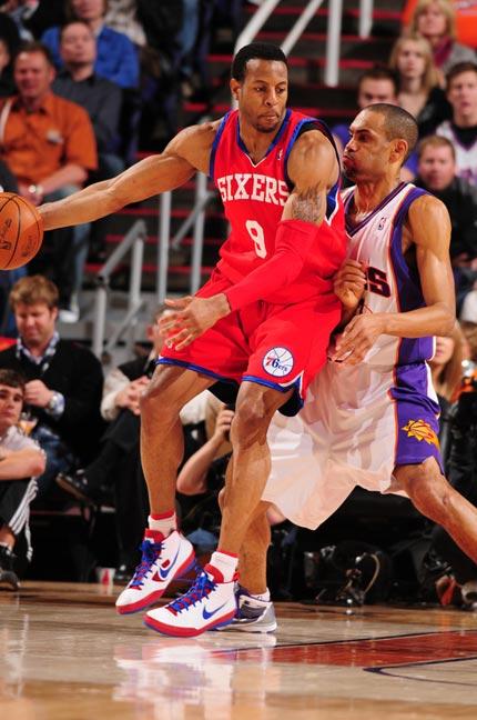 图文:[NBA]太阳VS76人 伊戈达拉背打希尔