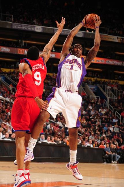 图文:[NBA]太阳VS76人 小斯强势篮板