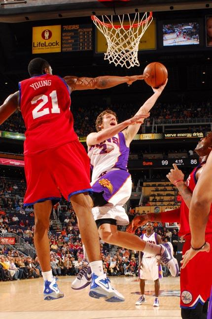 图文:[NBA]太阳VS76人 德拉季奇扭腰上篮