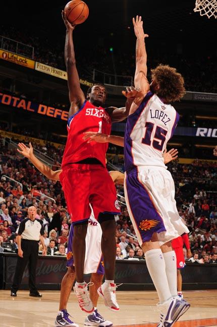 图文:[NBA]太阳VS76人 戴姆波特勾手投篮