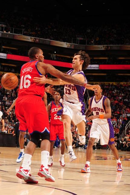 图文:[NBA]太阳VS76人 纳什鬼魅传球