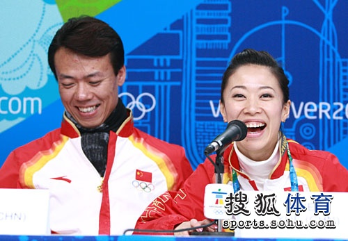 申雪赵宏博出席发布会 展现灿烂笑容