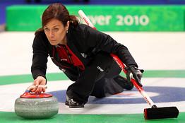 加拿大冰壶女队的谢丽尔-伯纳德正准备投出冰壶