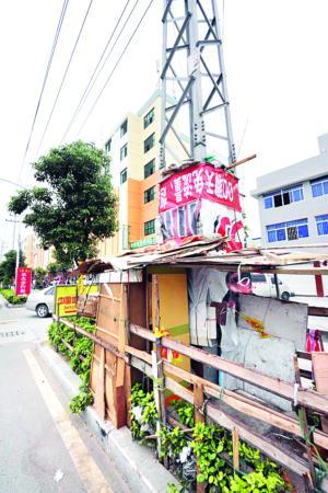 记者在劳光村拍到的高压铁塔下的违章搭盖