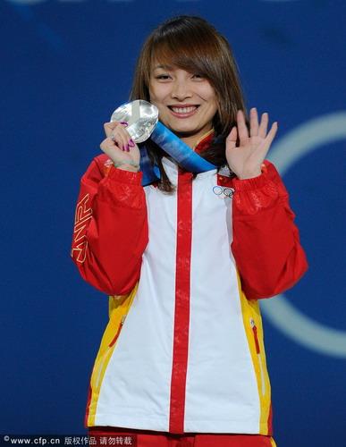 李妮娜微笑展示奖牌