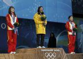 图文:女子空中技巧颁奖礼 国旗升起那一刻
