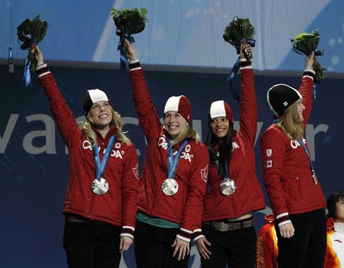 图文:短道3000米颁奖仪式 加拿大队感谢观众