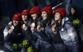 图文:短道3000米颁奖仪式 美国队展示奖牌