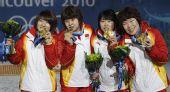 图文:短道3000米颁奖仪式 中国队展示奖牌