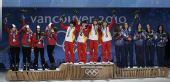图文:短道3000米颁奖仪式 挥动手中鲜花