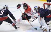 图文:加拿大夺女子冰球冠军 双方争夺激烈