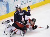 图文:加拿大夺女子冰球冠军 双方冲撞在一起