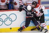 图文:加拿大夺女子冰球冠军 加拿大队员派珀