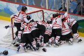 图文:加拿大夺女子冰球冠军 获胜后欢呼庆祝