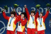 图文:女子3000米接力颁奖仪式 四人招手致意
