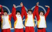 图文:女子3000米接力颁奖仪式 四人高举双手