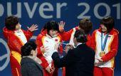 图文:女子3000米接力颁奖仪式 给张会戴上金牌