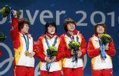 图文:女子3000米接力颁奖仪式 四人手持鲜花