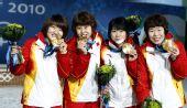 图文:女子3000米接力颁奖仪式 集体金牌秀