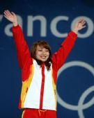 图文:女子空中技巧颁奖仪式 李妮娜高举双臂