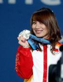 图文:女子空中技巧颁奖仪式 李妮娜高举奖牌