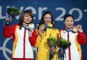 图文:女子空中技巧颁奖仪式 前三名合影