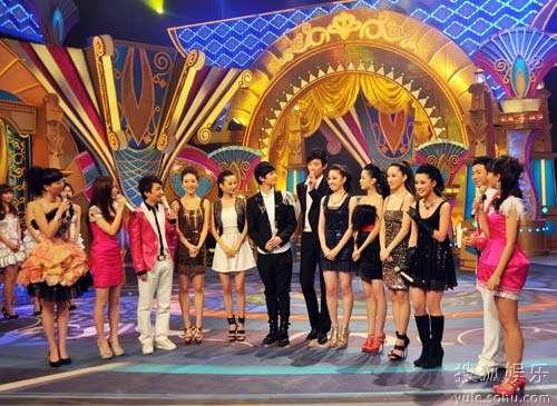 新版《红楼梦》主要演员(从左至右):周毅、高洋、杨洋、于小彤、蒋梦婕、李沁、李艳、马晓灿