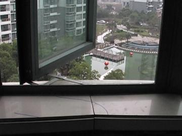 □警方用蓝色记号笔标记的脚印,最后一个脚印位于窗台上。