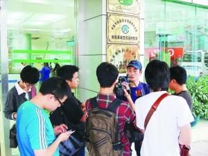 参与救援的网友接受媒体采访。