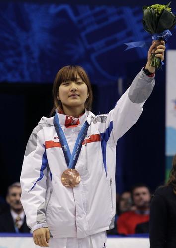 图文:王�骰衽�子1000米冠军 韩国队员在领奖台