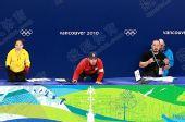 图文:全程记录中韩教练席 扔水瓶教练紧张
