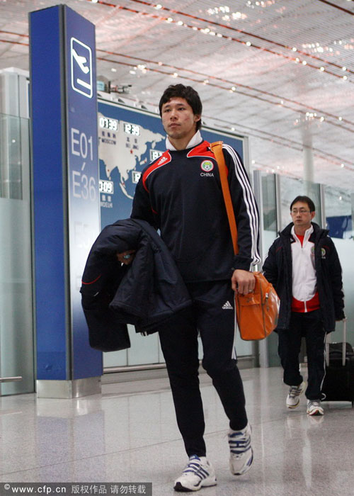 图文:国足兵发葡萄牙 张琳芃橙色背包