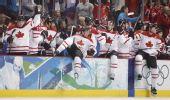 图文:加拿大晋级男子冰球决赛 队员下场庆祝