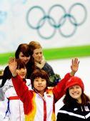 图文:王�骰衽�子1000米冠军 领奖台上欢庆胜利
