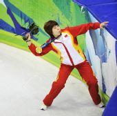 图文:王濛获女子1000米冠军 将鲜花送给观众