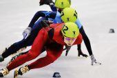 图文:王�骰衽�子1000米冠军 弯道中轻松滑行