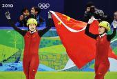 图文:王�骰衽�子1000米冠军 手持国旗滑行