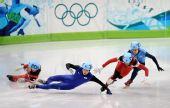 图文:短道速滑男子500米 韩国队员摔倒