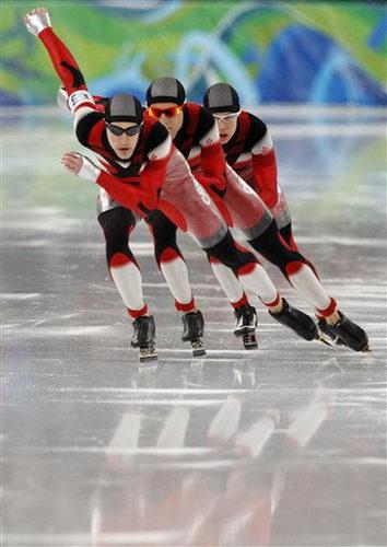 图文:速滑男子团体追逐赛 加拿大队在比赛中