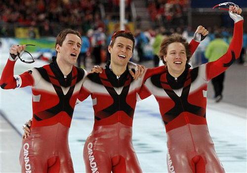 图文:速滑男子团体追逐赛 加拿大队庆祝夺冠