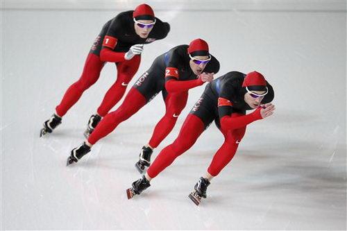 图文:速滑男子团体追逐赛 挪威队在比赛中