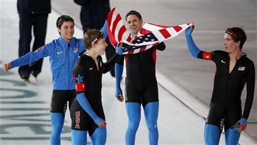 图文:速滑男子团体追逐赛 美国队绕场庆祝