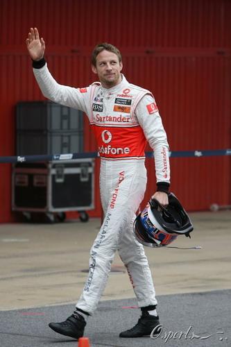 图文:F1季前末轮试第三天 巴顿挥手致意