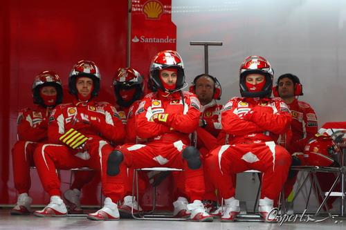 图文:F1季前末轮试第三天 法拉利工作人员