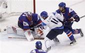 图文:冬奥男子冰球铜牌战 球进门的一瞬间